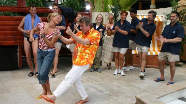 TANZALARM! im Schwimmbad. Singa Gätgens, Volker Rosin und Tom Lehel lassen zusammen mit den TANZALARM!-Kids die Bademeister tanzen. | Rechte: Ki.KA/Ilona Kolar