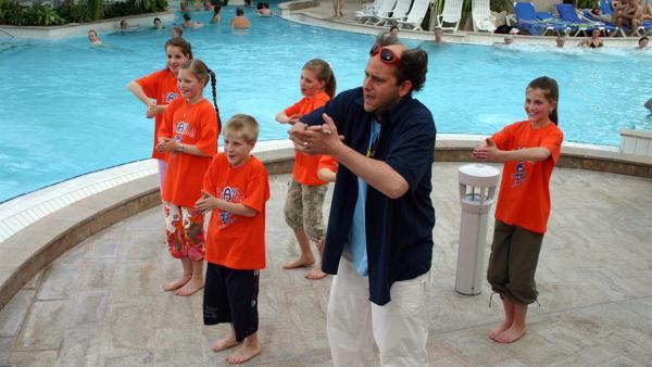 TANZALARM! im Schwimmbad. Singa Gätgens, Volker Rosin und Tom Lehel lassen zusammen mit den TANZALARM!-Kids die Bademeister tanzen.  Wie sich die Bademeister dabei anstellen, das könnt ihr euch ansehen. Und ihr könnt natürlich kräftig mittanzen. | Rechte: Ki.KA/Ilona Kolar