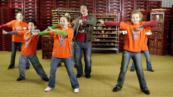 Die Tanzalarm-Kids sind zusammen mit Tom und Singa sowie KiKA-Moderator Juri bei einem Bäcker zu Gast. | Rechte: KiKA/Ilona Kolar