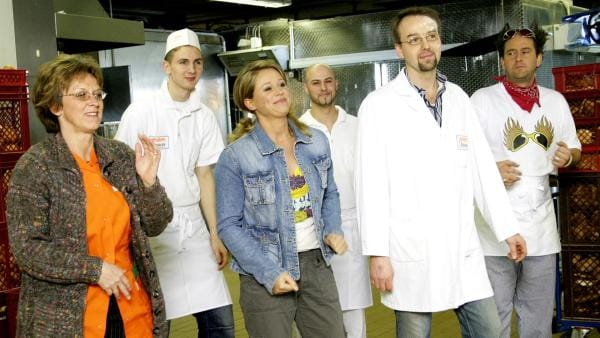 Die Tanzalarm-Kids sind zusammen mit Tom und Singa sowie KiKA Moderator Juri bei einem Bäcker zu Gast. | Rechte: KiKA/Ilona Kolar