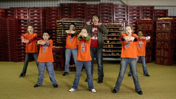Die Tanzalarm-Kids sind zusammen mit Juri beim Bäcker. | Rechte: KiKA/Ilona Kolar