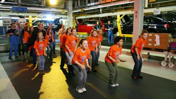 Ob Fabrikrobotor tanzen können? Das überprüfen Tom, Singa und die Tanzalarmkids in der Autofabrik. | Rechte: Ki.KA/Ilona Kolar