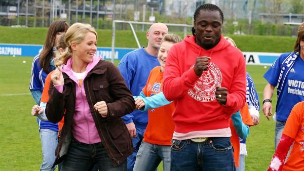 Das Fußballer mit ihren Füßen nicht nur Tore schießen können beweisen die sie beim Tanzalarm. Tom, Singa und die Tanzalarmkids schaffen es sogar Gerald Asamoah zum Tanzen zu bringen. | Rechte: KiKA/Ilona Kolar