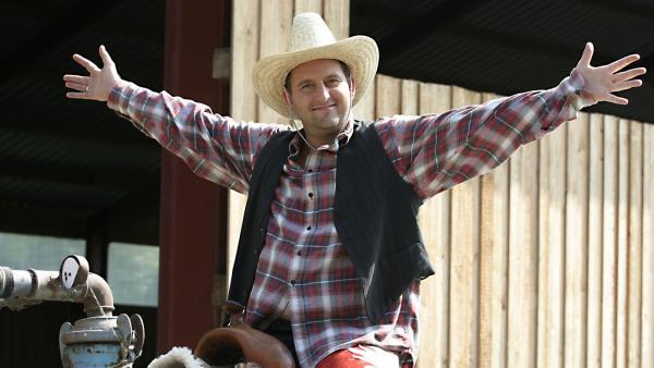 Tom hoch zu Ross? Das kann nicht gut gehen und schon gar nicht als verkappter Cowboy. Aber er wird ja von Singa und den Tanzalarmkids unterstützt. | Rechte: Ki.KA/Ilona Kolar