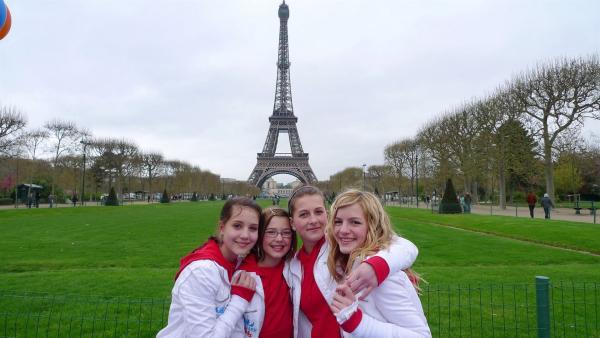 Die Tanzalarm Kids vor dem Eifelturm in Paris, der Stadt der Liebe. | Rechte: KI.KA/ZDF/MingaMedia