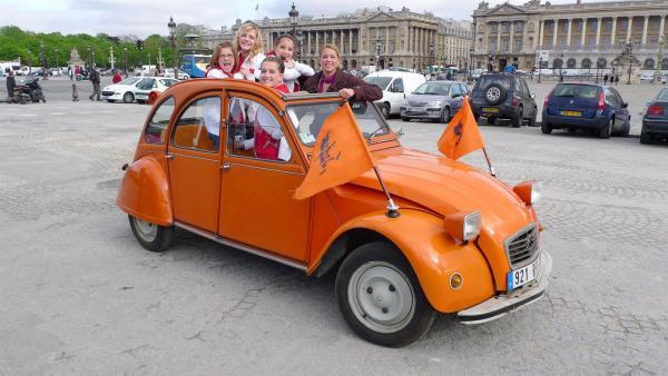 Die Stadt der Liebe, Paris, hat es den Tanzalarm Kids besonders angetan. Sie sind von Sehenswürdigkeiten wie dem Eiffelturm oder dem Arc de Triomphe beeindruckt. | Rechte: KI.KA/ZDF/MingaMedia