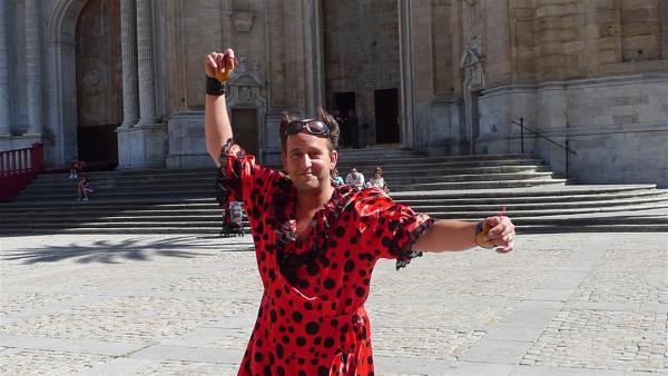 Tom versucht sich in Cadiz (Spanien) als Flamenco Tänzerin. | Rechte: KI.KA/ZDF/MingaMedia