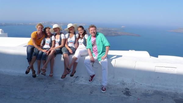 TANZALARM! - Auf Europatour; Singa (li.), Volker Rosin (re.) und die Tanzalarm-Kids in Griechenland auf der Insel Santorin | Rechte: KI.KA/ZDF/MingaMedia
