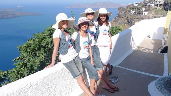 TANZALARM! - Auf Europatour; Tanzalarm-Kids sind auf Tour in Griechenland, auf der Insel Santorin. Vor Ort lernen sie einiges über das Land. Was wird gegessen, welche Musik wird gehört und wie sehen die landestypischen Tänze aus. | Rechte: KI.KA/ZDF/MingaMedia