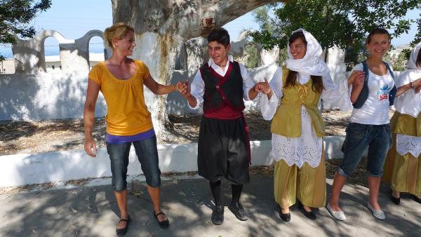TANZALARM! - Auf Europatour; Singa und die Tanzalarm-Kids lernen landestypischen Tänze. | Rechte: KI.KA/ZDF/MingaMedia