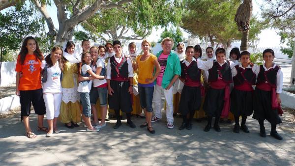 TANZALARM! - Auf Europatour; Singa, Volker Rosin und die Tanzalarm-Kids lernen einiges über Griechenland. Was wird gegessen, welche Musik wird gehört und wie sehen die landestypischen Tänze aus. | Rechte: KI.KA/ZDF/MingaMedia