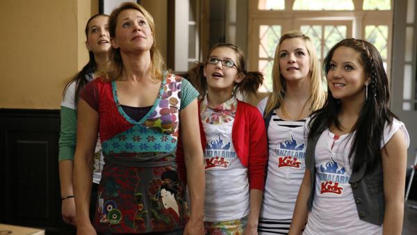 Singa rückt mit ihren Mädels an und sie lassen sich zeigen, was die Möbelpacker denn so können.   Rechte: KiKA/ZDF/Ilona Kolar
