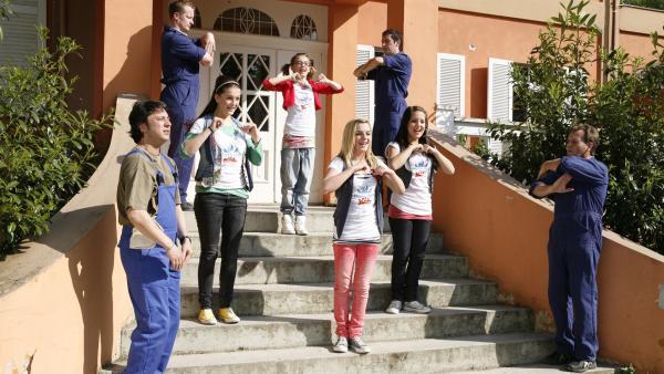 Möbelpacker schleppen nicht nur super schnell Kisten, sondern können auch noch richtig gut tanzen. Und die Gelegenheit lassen sich die Kids natürlich nicht entgehen!   Rechte: KiKA/ZDF/Ilona Kolar