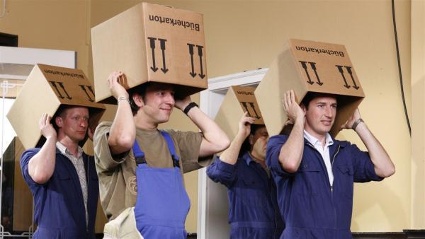 Möbelpacker schleppen nicht nur super schnell Kisten, sondern können auch noch richtig gut tanzen.   Rechte: KiKA/ZDF/Ilona Kolar