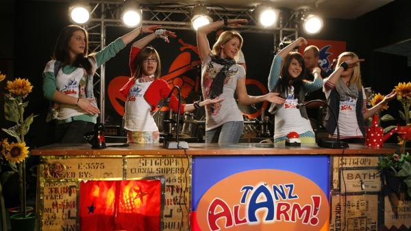Die Kids lernen Singa von einer ganz anderen Seite kennen und lassen sich die tollsten Luftgitarren von den Profis zeigen. Und dann rocken sie richtig drauf los! | Rechte: Ki.KA/ZDF/Ilona Kolar