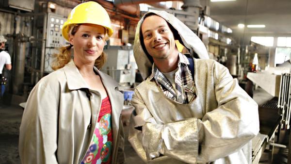 Eine brandheiße Ausgabe von Tanzalarm erwartet euch! Alex (re.) und Singa sind in einer Gießerei zu Gast. | Rechte: KiKA/ZDF/Ilona Kolar