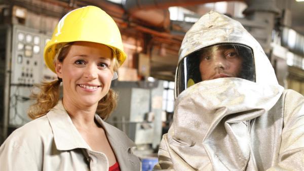 Eine brandheiße Ausgabe von Tanzalarm erwartet euch! Alex (re.) und Singa erklären nicht nur, was das überhaupt ist, eine Gießerei. | Rechte: KiKA/ZDF/Ilona Kolar