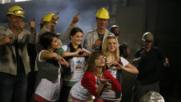 Auch die Gießer werden in der heißen Umgebung von den TANZALARM Kids zum Tanzen und Schmelzen gebracht. | Rechte: KiKA/ZDF/Ilona Kolar