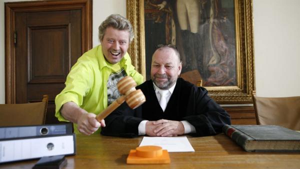 Volker steht wegen musikalischer Ruhestörung als Angeklagter vor dem Richter. | Rechte: KiKA/ZDF/Ilona Kolar