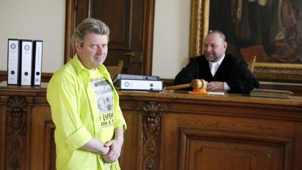 Volker steht wegen musikalischer Ruhestörung als Angeklagter vor dem Richter.   Rechte: KiKA/ZDF/Ilona Kolar