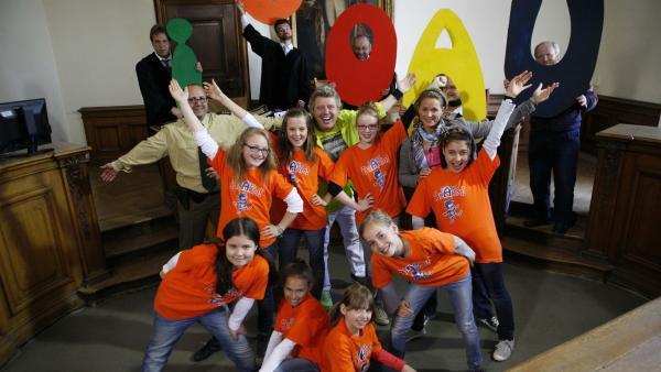 Volker kann mit Hilfe der Tanzalarm-Kinder seine Unschuld beweisen und bringt sogar den grimmigen Ankläger und dessen Anwalt zum Tanzen. | Rechte: KiKA/ZDF/Ilona Kolar/MingaMedia