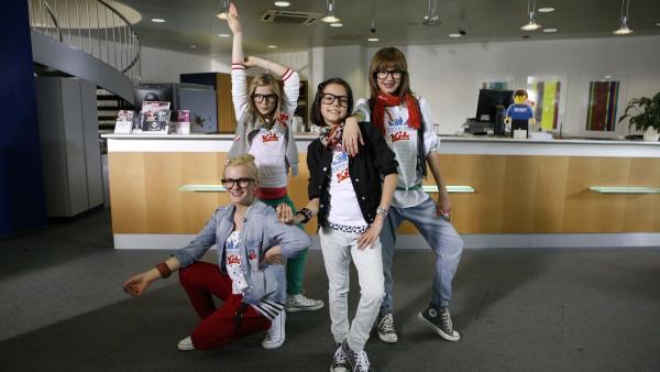 Die vier TanzalarmKids nutzen ihren Auftritt in der Bank, um mehr Taschengeld zu fordern. | Rechte: KiKA/ZDF/Ilona Kolar