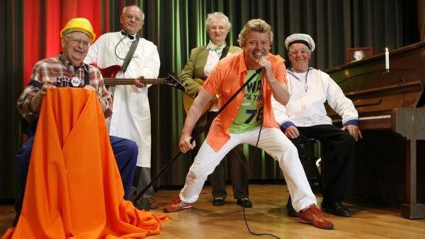 Volker will seinen Onkel im Seniorenheim besuchen und wird dabei selbst für einen Rentner gehalten. | Rechte: KiKA/ZDF/Ilona Kolar