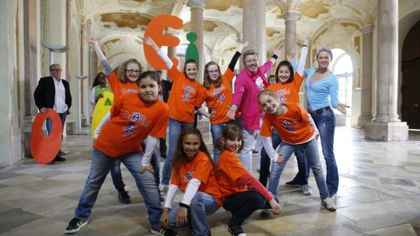 Der Tanzalarm vertreibt mit dem AEIOU - Song die Langeweile im Schloss. | Rechte: KiKA/ZDF/Ilona Kolar