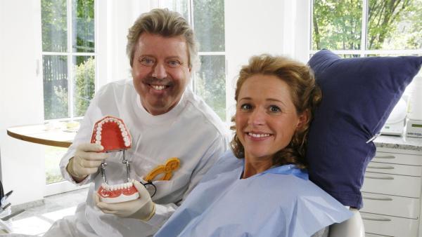 Volker Rosin als Zahnarzt und Singa als Patientin | Rechte: Ki.KA/ZDF/Ilona Kolar