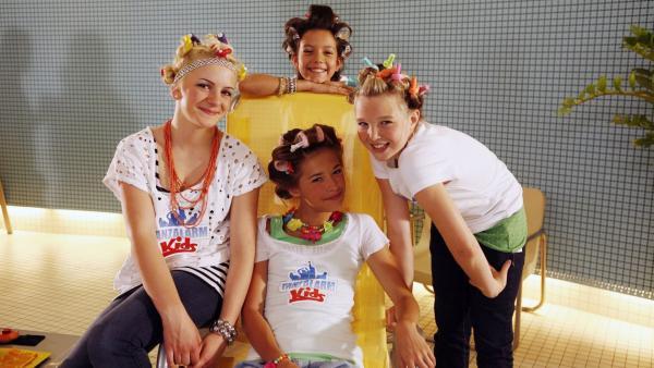 Die Tanzalarm-Kids schwärmen von der Glamour-Welt. | Rechte: KiKA/ZDF/Ilona Kolar