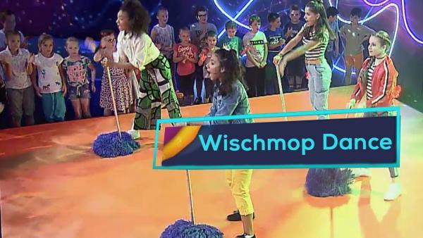 "Die TanzAlarm Kids performen ihren Song ""Wischmop"". | Rechte: KiKA"