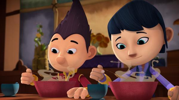 Tashi und Lotus essen Ömchens berühmte Seegras-Suppe. | Rechte: KiKA/Flying Bark Productions Pty Ltd.