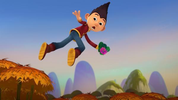 Tashi hat eine Bambusblüte gefunden.   Rechte: KiKA/Flying Bark Productions Pty Ltd.