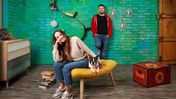 "Soraya und Tim mit Hund Jimmy im ""Team Timster""-Studio | Rechte: KiKA/Carlo Bansini"