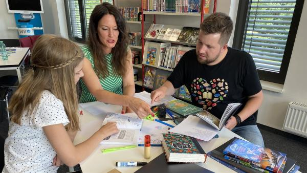 Jette (l.) ist elf Jahre und gerade dabei, ihr erstes Buch zu schreiben. In der Schreibwerkstatt trifft sie Tim und Cally | Rechte: KiKA/Matthias Eder