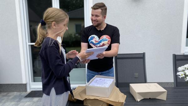 Jettes Buch kommt frisch aus der Druckerei. Jette ist richtig stolz. | Rechte: KiKA/Matthias Eder