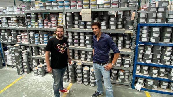 Tim schaut sich zusammen mit Phillip in einer Druckerei um. | Rechte: KiKA/Matthias Eder