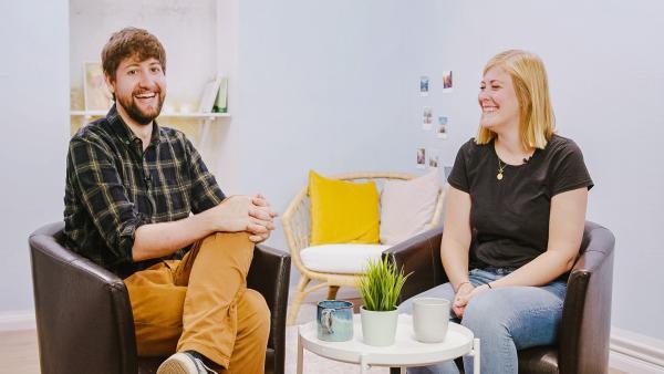 Robin trifft Psychologin Pia Kabitzsch. Sie weiß, warum Menschen mobben und wie sich das für die Betroffenen wirklich anfühlt. | Rechte: KiKA/rbb/Johanna Wittig
