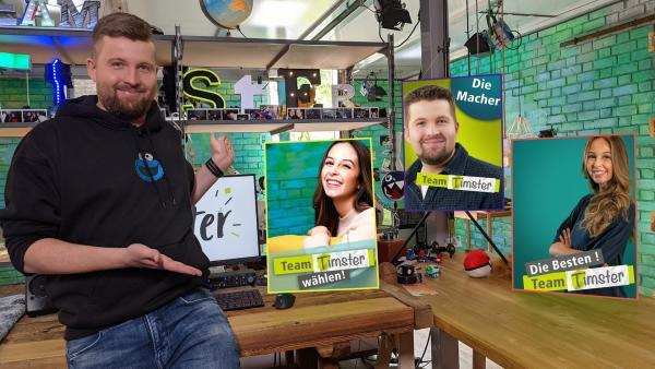 Tim präsentiert stolz die Team Timster Wahlplakate. | Rechte: KiKA