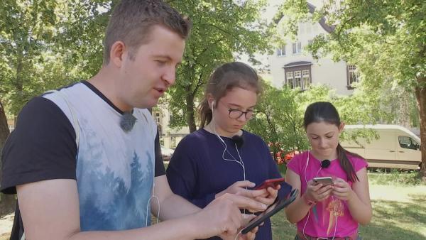 Tim, Emilia und Lilian suchen magische Gegenstände. | Rechte: KiKA