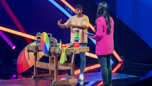 TikTok-Star Younes Zarou hat bunte Experimente rund um die Welt der Farben im Gepäck. | Rechte: ZDF/Sascha Baumann