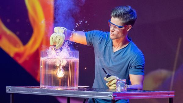 Das ist der Beweis: Wunderkerzen brennen auch unter Wasser! Physiker Philip Häusser erklärt erstaunliche Fakten rund um das Thema Feuer. | Rechte: ZDF/Sascha Baumann