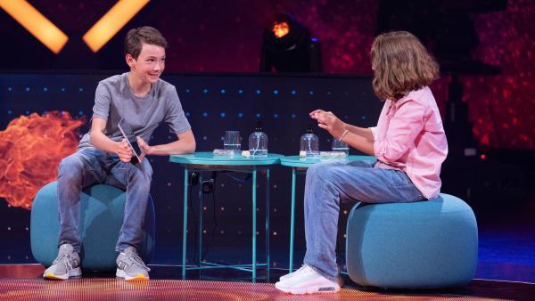 Georg und Matteo sind sich sicher, dass sie die richtige Antwort eingeloggt haben. | Rechte: ZDF/Sascha Baumann
