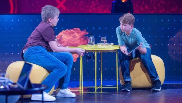 Fynn und Leon überlegen, ob ihre Antwort wirklich richtige ist. | Rechte: ZDF/Sascha Baumann