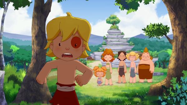 Angsterfüllt rennt Tib in den Wald, als er hört, dass die Männer des Clans seinen neuen Freund jagen.   Rechte: KiKA/hr/TF1/GO-N Productions