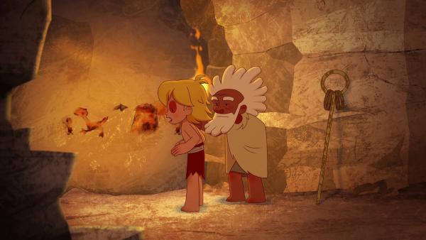 Tib kann es nicht glauben, als Aron ihm die Höhlenmalerei erklärt. Tumtum soll ein Junge sein, der in einem Ritual verwandelt wurde.   | Rechte: KiKA/hr/TF1/GO-N Productions