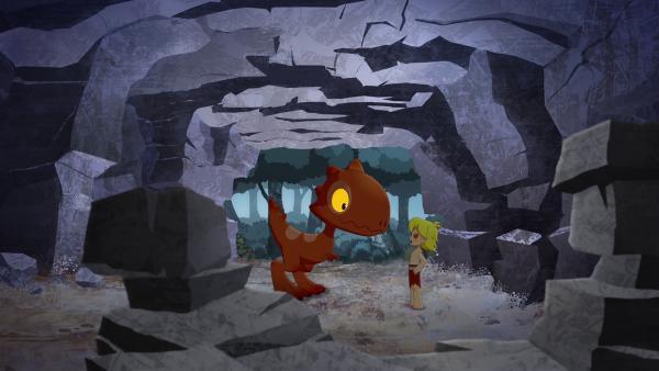 Tumtum will seinen Freund Tib beschützen und bringt ihn zur Sicherheit in eine Höhle im Wald.    Rechte: KiKA/hr/TF1/GO-N Productions