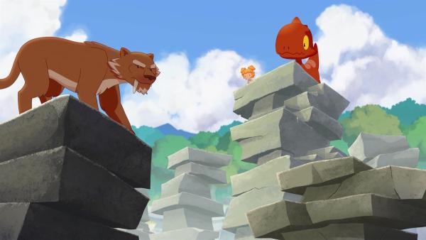 Im Wald wird Kori von Säbelzahn angegriffen. Tumtum bringt sie auf den hohen Felsen in Sicherheit.   | Rechte: KiKA/hr/TF1/GO-N Productions