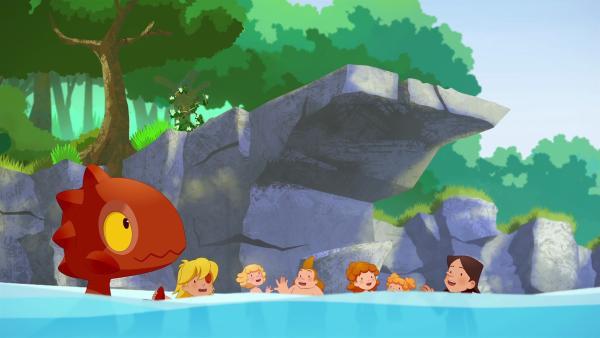 An einem heißen Tag im Fluss überlegen sich die Kinder des Clans, wer wohl der schnellste Schwimmer sei.  | Rechte: KiKA/hr/TF1/GO-N Productions