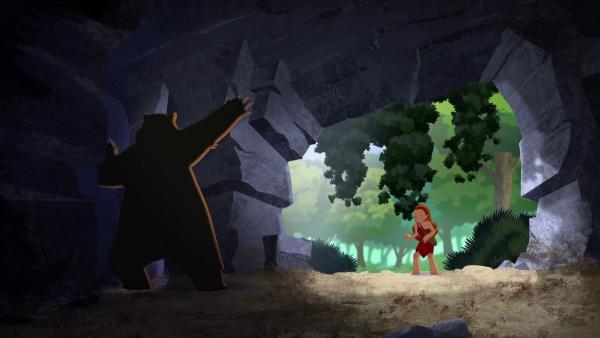 Kwini versucht, einen wilden Bären aus der Höhle zu locken, in der Tib sich versteckt hält. | Rechte: KiKA/hr/TF1/GO-N Productions